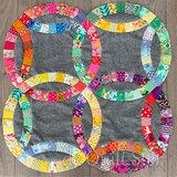 Deze stof is ook gebruikt als achtergrond voor de Wedding Ring Quilt, gemaakt met de templates van de Quilt Ster